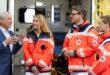 Minister Thomas Strobl im Gespräch mit Mitarbeiterinnen und Mitarbeiter des Deutschen Roten Kreuzes.