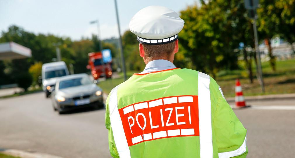 Polizist kontrolliert den Verkehr.