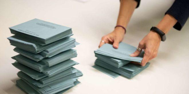 49 Prozent der Wahlberechtigten gaben ihre Stimmen ab – eine finale Entscheidung, wer auf dem OB-Sessel Platz nehmen wird,  brachte das noch nicht. Foto: Lichtgut/Leif Piechowski