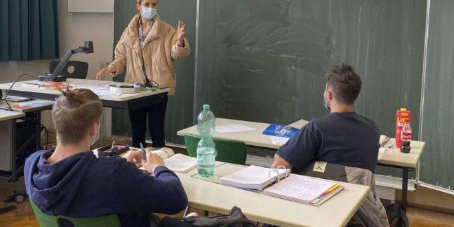 Wird  konsequent Maske getragen und  gelüftet, muss  meist nicht die ganze Klasse in Quarantäne. Foto: imago//Michael Weber