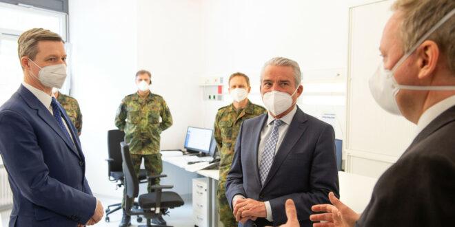 Minister Thomas Strobl und Parlamentarischer Staatssekretär Thomas Silberhorn MdB im Gespräch mit Landrat Dr. Matthias Neth und Soldaten der Bundeswehr.