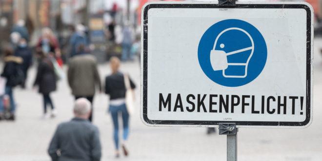Die Polizei überprüft die Maskenträger
