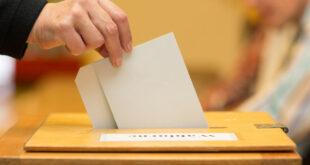 Stimmzettel in Wahlurne geworfen. Quelle: Fotolia