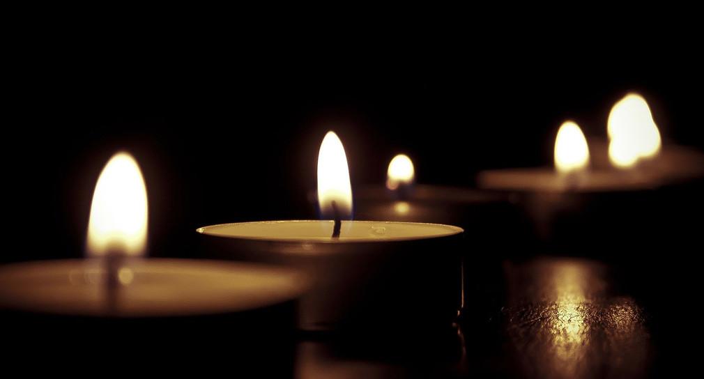 Brennende Kerzen im Dunkeln.
