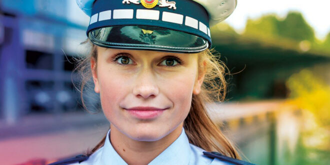 Junge Polizeibeamtin.