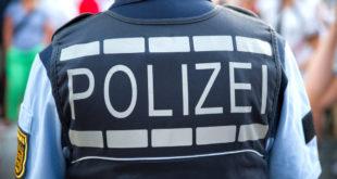 Rückenansicht eines Polizisten der Polizei Baden-Württemberg.