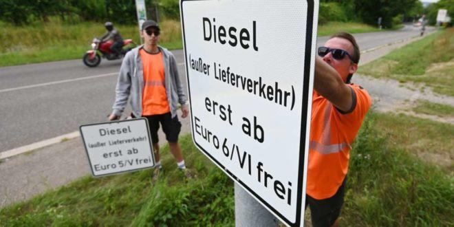 Die neuen Schilder hängen, von Oktober an sind bei Verstößen Bußgelder vorgesehen. Foto: dpa/Marijan Murat