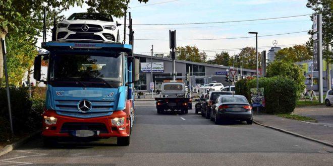 Wenn  in der Ladezone im Langwiesenweg ein Lastwagen korrekt und gegenüber Personenwagen unerlaubt parken, kommt es oft zu Staus an der Ampel. Foto: Mathias Kuhn