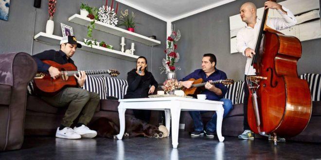 Gismo (links), Cheyenne und Joschi Grafsowie Bassist Joel Locher proben im Wohnzimmer. Foto: Lichtgut/Julian Rettig