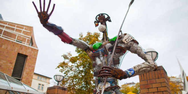 "Kunstskulptur ""der Plastikmann"" errichtet"