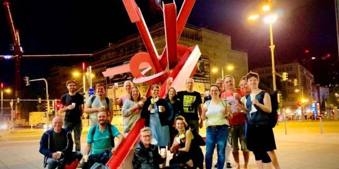 Feierstimmung  nach der Vereinsgründung vor dem Treffpunkt Rotebühlplatz (und noch vor dem Teil-Lockdown): Mitglieder des Vereins stoßen auf die gemeinsame Zukunft an. Foto: Neuer Norden/Lutz Wahler