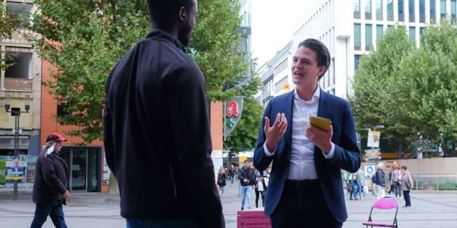 Marian Schreier, OB Kandidat in Stuttgart,  an der Königstraße  im Gespräch mit einem Passanten. Foto: Lichtgut/Max Kovalenko