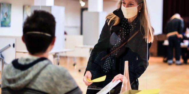 Wahlsonntag in Stuttgart: Die Grünen-Kandidatin Veronika Kienzle am 8. November bei der Stimmabgabe. Ob sie es ins OB-Büro schafft, ist fraglich. Foto: Lichtgut/Max Kovalenko