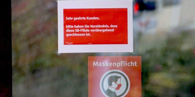 Ein Hinweisschild an der Fensterscheibe der Bankfiliale informiert über die vorübergehende Schließung. Foto: SDMG/ Gress