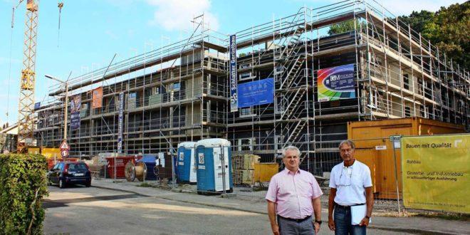 Damian Obst und Claus Stock (r.) vor dem Neubau am Molchweg, der noch um ein weiteres Geschoss erhöht werden soll. Foto: Chris Lederer
