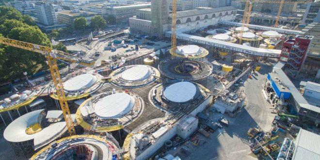 Das Dach des künftigen Durchgangsbahnhofs nimmt langsam Formen an. Foto: dpa/Sebastian Gollnow