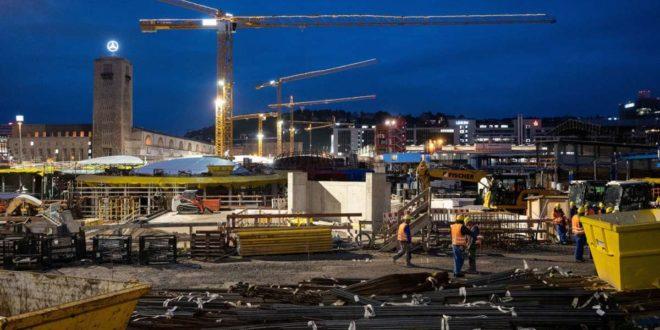 Wo heute noch die Bauarbeiter das Sagen haben, sollen einmal gestaltete Freiflächen das Bild prägen. Mit der Umsetzung hapert es aber. Foto: dpa/Marijan Murat