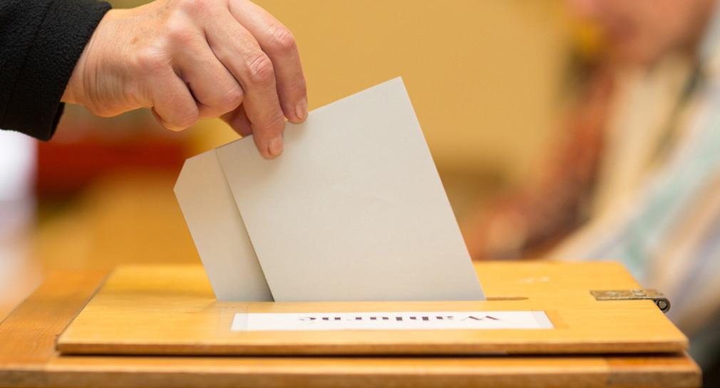 Stimmzettel in die Wahlurne geworfen.  Quelle: Fotolia