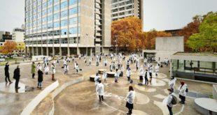 Einführungsveranstaltung für Erstsemester der Uni Stuttgart unter freiem Himmel Foto: Uni Stuttgart/Boris Miklautsch