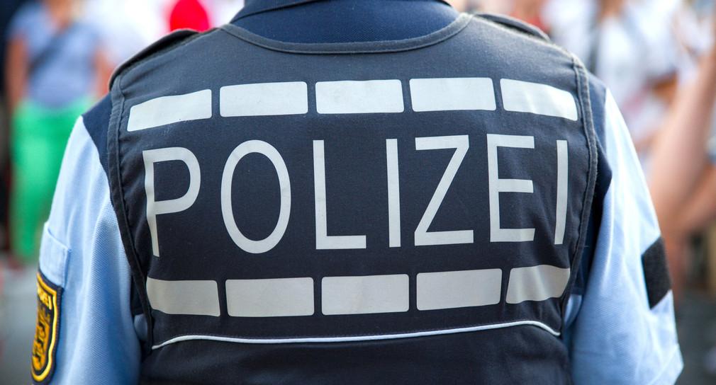 Rückansicht eines Polizisten der Polizei Baden-Württemberg.