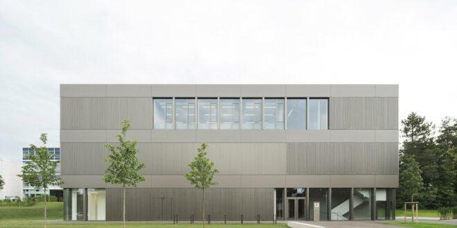 Zentrum für Angewandte Quantentechnologie an die Universität Stuttgart übergeben